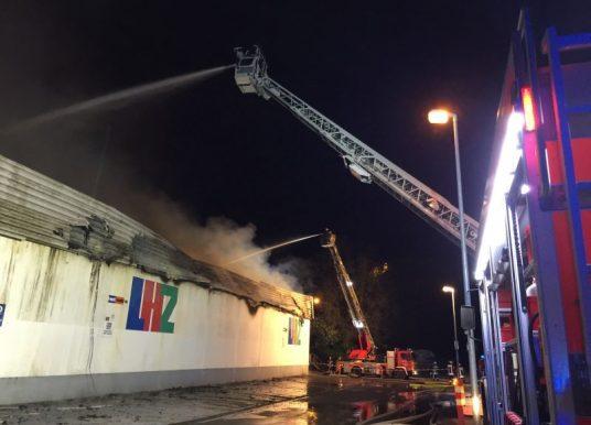 Brandeinsatz beim Großbrand des Heimwerkerzentrums in Limburg