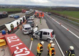 Serienunfall mit fünf Fahrzeugen und drei Verletzten auf der Autobahn
