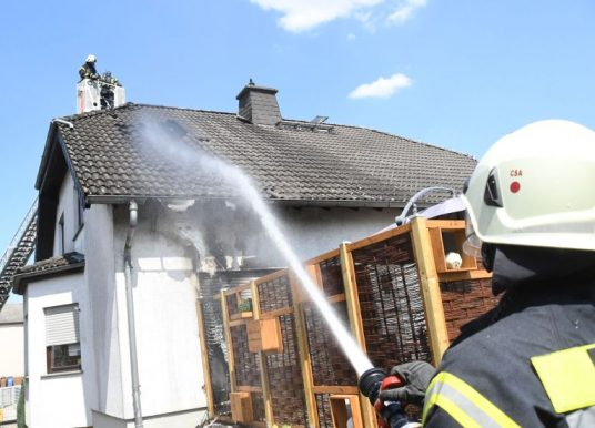 Dachstuhl brannte – drei Rauchgas-Verletzte