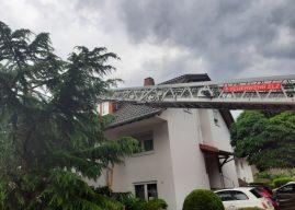 Blitzschlag zerstört Baum und Dach